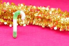 Зеленая и белая тросточка конфеты с золотой сусалью Стоковое Изображение