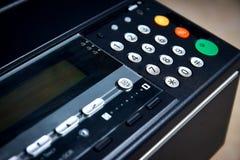 Зеленая кнопка на копировальной машине фото, факс старта, принтер Отмелый фокус, на старте работы стоковые фотографии rf