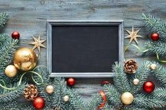Зеленая, красная и золотая предпосылка рождества, взгляд сверху с текстом стоковые фотографии rf