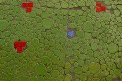 Зеленая красная текстура керамических плиток на стене Стоковые Изображения RF