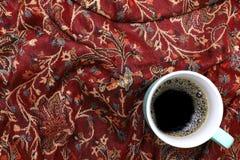 зеленая кружка кофе на красной предпосылке хлопка Стоковое Изображение