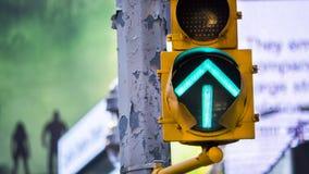 Зеленая лампа островка безопасност стрелки в Нью-Йорке стоковые фото