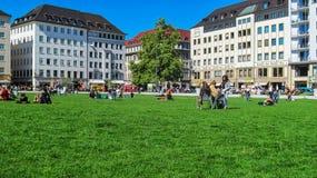 Зеленая лужайка в центре города Мюнхене, Германии Стоковые Изображения RF