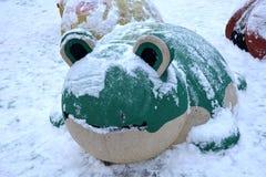 Зеленая лягушка на спортивной площадке Стоковая Фотография RF
