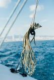 Зеленая морская веревочка внутри шкива на шлюпке Стоковая Фотография RF