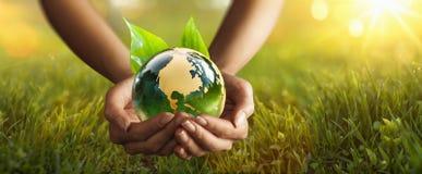 Зеленая планета в ваших руках Концепция окружающей среды стоковые изображения rf