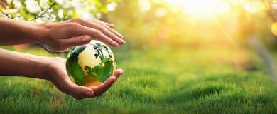 Зеленая планета в ваших руках Концепция окружающей среды стоковая фотография rf