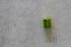 Зеленая подарочная коробка с предпосылкой цементированной серым цветом стоковое фото rf