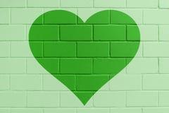 Зеленая покрашенная кирпичная стена с сердцем стоковые фотографии rf