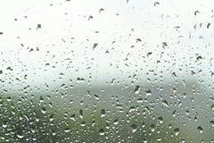 Зеленая предпосылка лета от влажного окна с падениями дождя Д-р Стоковые Фотографии RF