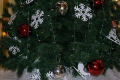 Зеленая предпосылка сосна Снежинка оформления рождественской елки белая, шарик золота, белый шарик и красный шарик Красный шарик  Стоковое Изображение RF