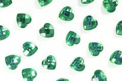 Зеленая предпосылка страза Текстура формы сердца по мере того как фон изолировал белое фото студии Кристалл страза Bling Стоковая Фотография