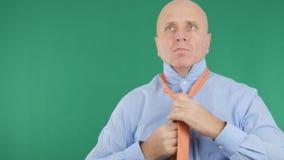Зеленая предпосылка с бизнесменом делая узел связи стоковая фотография