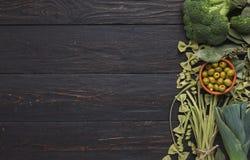 Зеленая рамка макаронных изделий и овощей на предпосылке rustiv деревянной Стоковое Изображение RF