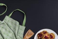 Зеленая рисберма, деревянный шпатель и плита с блинчиками сыра хлопка на темной предпосылке с космосом экземпляра стоковое фото