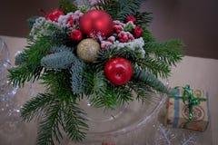 Зеленая рождественская елка с украшениями рождества стоковая фотография rf