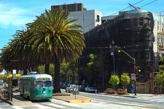 Зеленая трамвайная линия на дороге стоковое изображение rf