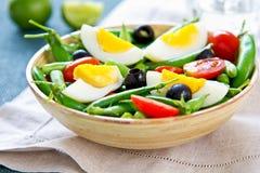 Зеленая фасоль с салатом щелчкового гороха и яичка стоковые изображения rf