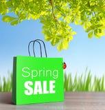 Зеленая хозяйственная сумка с словом продажи весны стоковая фотография