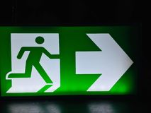 Зеленое избежание знака аварийного выхода, опорожнение стоковая фотография