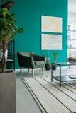 Зеленое кресло в живущей комнате Стоковые Фото