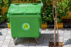 Зеленое мусорное ведро снаружи стоковая фотография rf