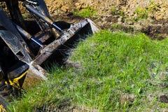 Зеленое поле будучи копанным бульдозером во время earthmoving работ стоковое фото
