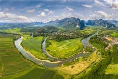 Зеленое поле на верхнем реке Gianh стоковые изображения