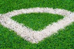 Зеленое синтетическое поле спортов травы с белой линией Стоковое Изображение