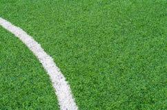 Зеленое синтетическое поле спортов травы с белой линией Стоковая Фотография