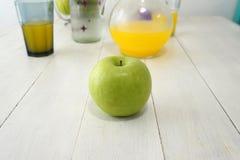 Зеленое яблоко на таблице стоковое фото
