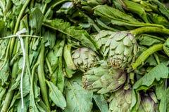 Зеленые артишоки в рынке стоковые изображения