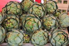 Зеленые артишоки на рынке стоковая фотография rf