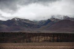 Туман покрывая леса горы Зеленые атмосферические горы стоковые фото