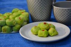 Зеленые блюдо и коробка печенья блинчика с начинкой с кофейными чашками Стоковые Фотографии RF