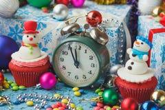 Зеленые будильник и пирожные рождества при украшения сделанные от mastic кондитерскаи Стоковые Фото