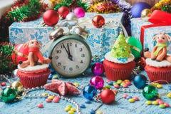 Зеленые будильник и пирожные рождества при украшения сделанные от mastic кондитерскаи Стоковые Изображения RF
