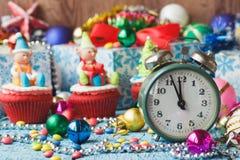 Зеленые будильник и пирожные рождества при украшения сделанные от mastic кондитерскаи Стоковое Фото