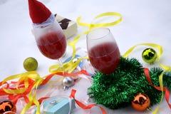Зеленые ветви ели с игрушками в корзине на таблице для ели рождества и освещают предпосылку Новый Год рождества карточки Стоковое фото RF