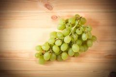 Зеленые виноградины на деревянной предпосылке Селективный фокус Стоковые Изображения