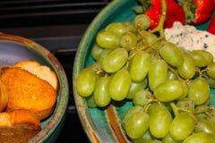 Зеленые виноградины служили на подносе агашка с клубниками и крупным планом хлеба стоковые фото