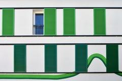 Зеленые закрытые двери только одно открытое на белой стене с линиями  Стоковая Фотография RF