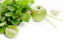 Зеленые здоровые ингридиенты питья на белой предпосылке: известка, aapple, свежая мята и красочные бумажные соломы Вегетарианская Стоковые Фото