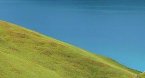 Зеленые земля и открытое море стоковая фотография