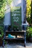 Зеленые знаки вися на стене стоковая фотография rf