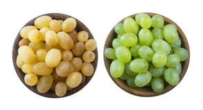 Зеленые и желтые виноградины Kishmish Взгляд сверху Виноградины в деревянном шаре изолированном на белой предпосылке Вегетарианск стоковые фотографии rf