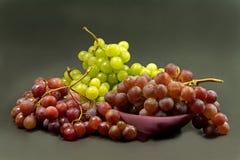 Зеленые и красные виноградины стоковое изображение