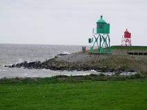 Зеленые и красные маяки в голландском рыбацком поселке Стоковые Фотографии RF
