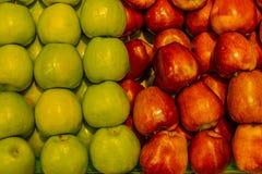 Зеленые и красные яблоки как предпосылка стоковое изображение rf