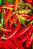 Зеленые и красные chilis в рынке стоковое фото rf